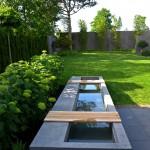 Schlichtes Wasserbecken mit beweglichen Sitzauflagen (Ausführung: Fa. Schradi Gartenbau)