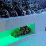Winterliche Stimmung auf Balkon. Die Farbe des Lichts lässt sich mit dem Smartphone von innen steuern. (Ausführung: Fa. Schradi Gartenbau)
