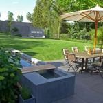 Ein modernes und klares Gesicht erhält der Garten durch die Elemente aus eingefärbtem und poliertem Sichtbeton. (Ausführung: Fa. Schradi Gartenbau)