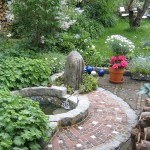 Der ehemals ungenutzte schattige Platz im Garten hat durch das Wasserbecken neues Leben erhalten. (Ausführung: Volker Schwerteck)