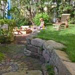Der einst schräge Garten wurde in zwei Ebenen gegliedert. Die untere Gartenebene ist den Kindern vorbehalten. (Ausführung: Bauherr / Volker Schwerteck)