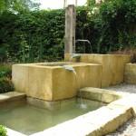 An heißen Sommertagen werden die Brunnentröge auch schon mal als Badewannen benutzt, im unteren Becken lassen sich Füße und Getränke kühlen. (Ausführung: Fa. Baum und Garten)