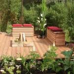 Der Belag und die Sitzmöbel aus Holz schaffen eine warme und wohnliche Stimmung. (Ausführung: Fa. Baum und Garten)