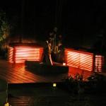 Die maßangefertigten Sitzmöbel aus heimischem Lärchenholz leuchten von innen heraus. (Ausführung: Fa. Baum und Garten)