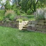 Trockenmauer aus wiederverwerteten Mauersteinen - ein Jahr nach Fertigstellung (Ausführung: Fa. Schradi Gartenbau)