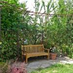 Die Pergola aus Eisen wurde eigens für diesen Garten entworfen und darf mit den Jahren von Kletterrosen und Clematis überrankt werden. (Ausführung: Fa. Schradi Gartenbau)