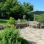 Großzügige Terrasse in einem natürlich anmutenden Garten (Ausführung: Bauherr selbst / Volker Schwerteck)