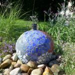 Die Mosaikkugel mit Wasserspiel hat der Bauherr auf Anregung hin selbst gefertigt