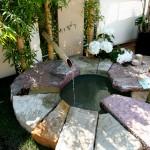 Asiatisch anmutender Brunnen mit individueller Einfassung aus Sandsteinen. (Ausführung: Fa. Baum und Garten)