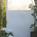 Sichtschutz aus wetterfestem Stoff und Bambus. (Ausführung: Fa. Baum und Garten)