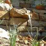Natursteinmauer mit Wasserspeier. (Ausführung: Fa. Baum und Garten)