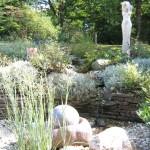 Gärtnerische Anlage mit einer Skulptur des Bildhauers Andreas Geißelhardt (Ausführung: Volker Schwerteck)