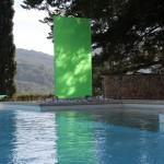 Das solitär stehende farbige Glaselement von KNUMOX ist ein toller Blickfang. (Ausführung Fa. Schradi, Gartenbau)