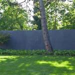 Die eingefärbte Sichtbetonmauer stellt einen ruhigen Hintergrund für die Pflanzung dar. (Ausführung: Fa. Schradi Gartenbau)