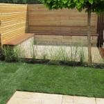 Für diesen modernen kleinen Garten wurden bewusst nur wenige Farbtöne verwendet, diese jedoch sorgfältig aufeinander abgestimmt.