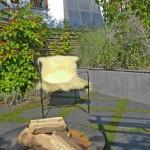 Der schlichte und langgezogene Brunnen aus Sichtbeton bildet das ruhende Element bei dieser Gestaltung. (Ausführung: Fa. Schradi, Rutesheim)