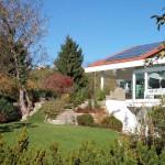 Die Pflanzböschung mit Mauern und Blockstufen aus Muschelkalk verbindet das höhergelegende EG mit dem Garten. (Ausführung: Hönes und Müller)