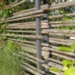 Die Sichtschutzelemente aus Stahlpfosten und naturbelassenen Rundhölzern wurden für diesen Garten konzipiert. (Ausführung: Fa. Schradi, Rutesheim)