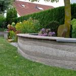 Geschwungene Mauern aus Stampfbeton mit Sitzauflagen (Ausführung. Fa. Schradi, Rutesheim)