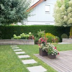 Die geschwungenen Mauern verleihen dem kleinen Garten Tiefe. Die beiden Bäume waren vorhanden und wurden bei der Umgestaltung mit einbezogen. (Ausführung Fa. Schradi, Rutesheim)