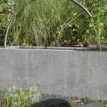 Brunnen aus Sichtbeton mit elegantem Auslauf aus Edelstahl (Ausführung. Fa. Schradi, Rutesheim)
